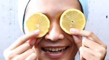 Ilustrasi menggunakan masker lemon. (Sumber foto: Adrian Putra/Bintang.com)