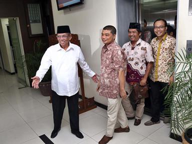 Anggota Wantimpres K.H. Hasyim Muzadi menerima aktivis dari Koalisi Masyarakat Sipil anti Kriminalisasi KPK di Gedung Wantimpres, Jakarta, Jumat (30/1/2015). (Liputan6.com/Faizal Fanani)