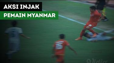 Aksi pemain Myanmar, Htet Phyoe Wai, menginjak dada bek Timnas Indonesia U-19, Samuel Christianson Simanjuntak.