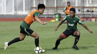 Pemain Timnas Indonesia U-23, Feby Eka Putra, menggiring bola saat internal game di Stadion Madya, Jakarta, Jumat(8/3). Latihan ini merupakan persiapan jelang kualifikasi Piala AFC U-23 di Vietnam. (Bola.com/Yoppy Renato)