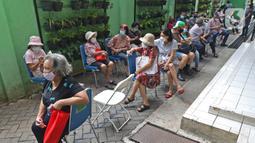 Warga lanjut usia (lansia) saat antre untuk mengikuti vaksin Covid-19 di Puskesmas Kecamatan Senen, Jakarta, Selasa (23/2/2021). Pelaksanaan vaksinasi Covid-19 sudah masuk pada tahap 2 yang diperuntukan bagi Lansia dan petugas pelayanan publik. (Liputan6.com/Herman Zakharia)