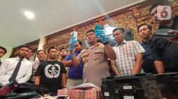 Polisi menunjukkan barang bukti kasus pembobolan ATM saat rilis di Polrestabes Semarang, Jawa Tengah, Kamis (9/1/2020). Dalam kasus ini polisi menyita barang bukti uang senilai Rp 775 juta. (Liputan6.com/Gholib)