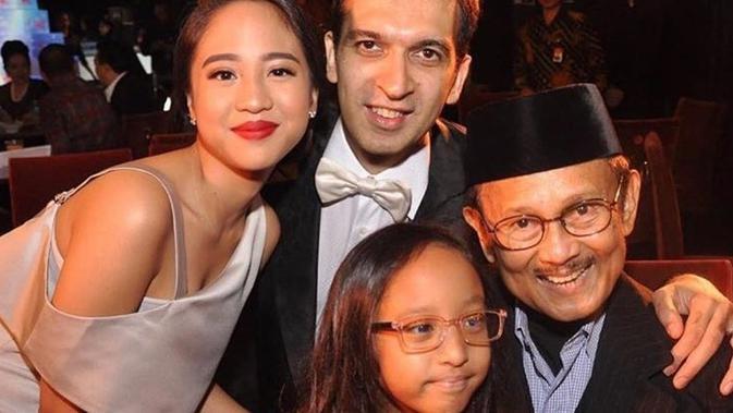 Potret Farrah Azizah Bareng Sang Kakek BJ Habibie (sumber: instagram/@farrahhab)