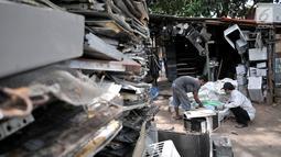 Pekerja memilah barang bekas di tempat pengepulan sampah elektronik, Jakarta, Rabu (7/8/2019). Sepanjang Januari-Juni 2019, Dinas Lingkungan Hidup (DLH) Provinsi DKI Jakarta telah memproses lebih dari 1 ton sampah elektronik yang berasal dari rumah tangga dan industri. (merdeka.com/Iqbal Nugroho)