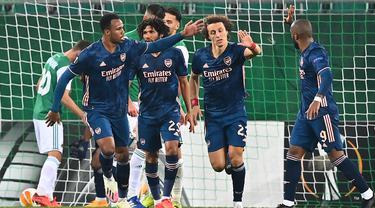 Pemain Arsenal merayakan gol yang dicetak David Luiz ke gawang Rapid Vienna pada laga Grup B Liga Europa 2020/2021 di Allianz Stadion, Kamis (22/10/2020) malam WIB. Arsenal menang 2-1 atas Rapid Vienna. (AFP/Joe Klamar)