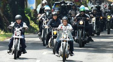 Presiden Joko Widodo atau Jokowi mengendarai motor Chopper saat blusukan di Sukabumi, Jawa Barat, Minggu (8/4). Blusukan ini dalam rangka melakukan agenda kerja di Sukabumi. (Liputan6.com/Pool/Biro Pers Setpres)