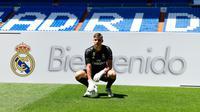 Kiper baru Real Madrid, Andriy Lunin berpose di lapangan saat presentasi di Stadion Santiago Bernabeu, Madrid, Spanyol, Senin (23/7). Andriy Lunin merupakan kiper baru Real Madrid asal Ukraina. (JAVIER SORIANO/AFP)