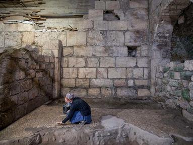 Seorang arkeolog Israel bekerja di sebuah situs penggalian arkeologi di Yerusalem (19/5/2020). Para arkeolog Israel berhasil menemukan sistem bawah tanah unik berusia sekitar 2.000 tahun yang dipahat di batuan dasar dekat Western Wall Plaza di Yerusalem kuno. (Xinhua/JINI)