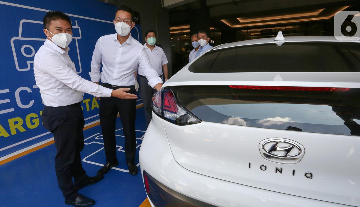 COO Hyundai Motors Indonesia Makmur dan CEO PT Lippo Karawaci (LMI) Tbk, John Riady mencoba charging mobil listrik di Lippo Mall Kemang, Jakarta, Senin (12/04/2021). LMI menyediakan 1 slot parkir mobil listrik di area yang mudah diakses oleh pengunjung. (Liputan6.com/Fery Pradolo)