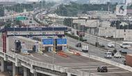 Kendaraan saat melintasi Gerbang Tol (GT) Pisangan, Jatinegara, Jakarta Timur, Senin (15/3/2021). PT CMNP mulai mengoperasikan GT Pisangan yang menghubungkan sisi barat ruas Tol Becakayu Seksi 1A dengan ruas Tol Ir Wiyoto Wiyono. (merdeka.com/Iqbal S. Nugroho)