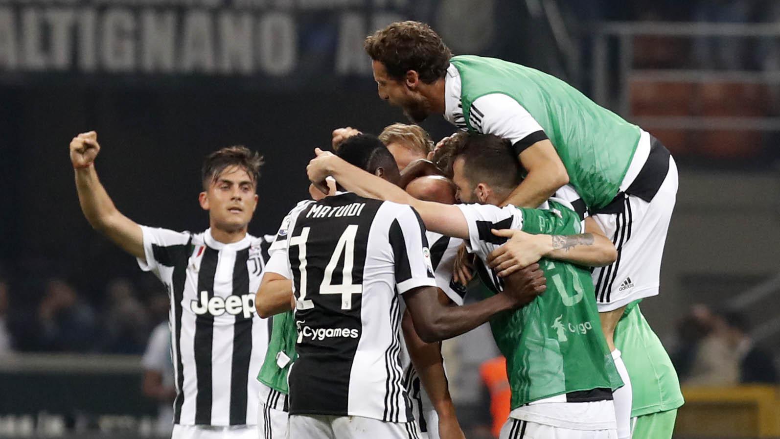 Para pemain Juventus merayakan kemenangan atas Inter Milan pada laga Serie A di Stadion Giuseppe Meazza, Sabtu (28/4/2018). Inter Milan takluk 2-3 dari Juventus. (AP/Antonio Calanni)