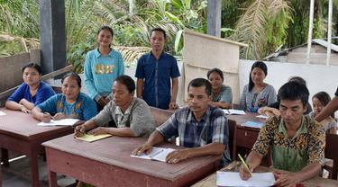 Tekad Dua Sejoli Bebaskan Masyarakat Pedalaman Talang Mamak dari Buta Huruf