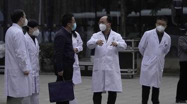 Staf medis China bereaksi ketika tim WHO pergi usai kunjungan mereka ke Rumah Sakit Provinsi Hubei di Wuhan, provinsi Hubei, China tengah untuk mulai mencari petunjuk tentang asal-usul pandemi virus corona COVID-19 pada Jumat, 29 Januari 2021 (AP / Ng Han Guan).