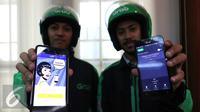 Driver Grab memperlihatkan aplikasi Mandiri e-cash dan Grab saat penandatanganan perjanjian kerja sama antara Bank Mandiri dengan Grab Indonesia, Jakarta, Kamis (18/8). (Liputan6.com/Angga Yuniar)