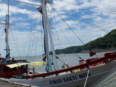 Kapal Pinisi Bakti Nusa bersandar di dermaga Pelabuhan Gorontalo, Sulawesi Utara, Rabu (16/1). Kapal tradisional khas masyarakat Bugis itu akan melanjutkan perjalanan mengarungi samudera. (Liputan6.com/ Arfandi Ibrahim)