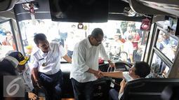 Menhub Budi Karya menyapa supir di Stasiun Gambir, Jakarta, Minggu (16/10). Budi meninjau fasilitas Integrasi Moda Transportasi yang ramah disabilitas (Liputan6.com/Faizal Fanani)