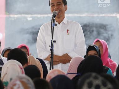 Presiden Joko Widodo memberi sambutan saat menemui ibu-ibu penerima program Membina Keluarga Sejahtera (Mekaar) di Garut, Jawa Barat, Jumat (18/1). Program ini bertujuan mendorong perekonomian dan kesejahteraan masyarakat. (Liputan6.com/Angga Yuniar)