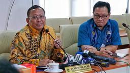 Dirjen Perhubungan Darat Kemenhub Budi Setiyadi (kiri) memberi keterangan pers terkait tarif ojek online di Jakarta, Jumat (5/7/2019). Kemenhub menekankan agar pihak aplikator tidak memberikan diskon di bawah batas tarif minimum yang telah diatur. (Liputan6.com/JohanTallo)