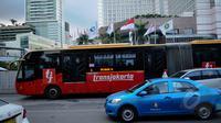 Bus TransJakarta melewati kawasan Bundaran HI, Jakarta, Senin (9/3/2015). PT Transjakarta menghentikan operasional 30 bus merek Zhongtong pasca insiden terbakarnya bus buatan Tiongkok itu pada Minggu (8/3) kemarin. (Liputan6.com/Faizal Fanani)