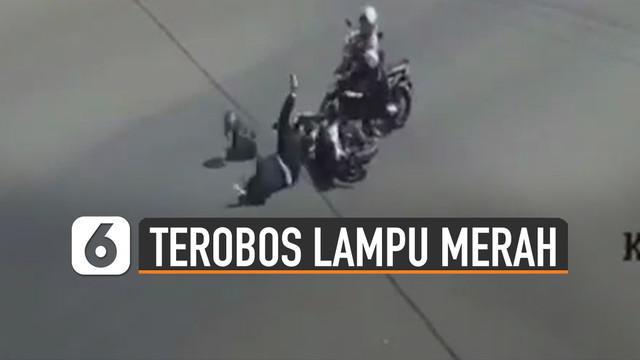 Nasib apes dialami pengendara motor ini karena ditabrak oleh pengendara motor yang menerobos lampu merah.