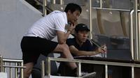 Manajer pelatih Timnas Indonesia, Shin Tae-yong, mengamati permainan Timnas Indonesia U-19 saat internal games di Stadion Wibawa Mukti, Cikarang, Rabu (15/1). Sebanyak 53 pemain mengikuti seleksi untuk memperkuat skuat utama Timnas Indonesia U-19. (Bola.com/Yoppy Renato)