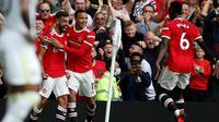 Manchester United meraih kemenangan 5-1 atas Leeds United pada laga pekan perdana Premier League di Old Trafford, Sabtu (14/8/2021) malam WIB. Tiga dari lima gol MU dicetak Bruno Fernandes. (AFP/Adrian Dennis)