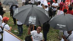 Pekerja dari Serikat Pekerja PT Jakarta International Container Terminal (SP JICT) dan Federasi Pekerja Pelabuhan Indonesia (FPPI) saat melakukan aksi unjuk rasa di depan Gedung KPK,Jakarta, Selasa (12/3). (merdeka.com/Dwi Narwoko)