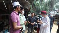 Menteri Urusan Agama Malaysia Dr. Zulkifli Mohamad al-Bakri memberikan bantuan untuk 142 keluarga dari Indonesia di Negeri Jiran. (Facebook/Dr. Zulkifli Mohamad al-Bakri)