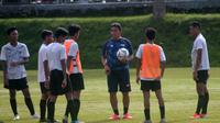 Bima Sakti memimpin sesi latihan Timnas Indonesia U-16 di lapangan UII, Sleman, Rabu (26/2/2020). (Bola.com/Vincentius Atmaja)