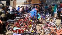 Pembeli memilih dan mencari sepeda bekas di Pasar Cilongok, Banyumas. (Foto: Liputan6.com/Muhamad Ridlo)