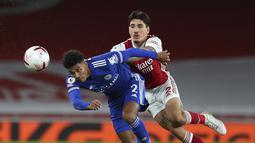 Bek Leicester City, James Justin berusaha mengejar bola dari kawalan bek Arsenal, Hector Bellerin pada pertandingan lanjutan Liga Inggris di Stadion Emirates di London, Inggris, Minggu (25/10/2020). Leicester City menang 1-0 atas Arsenal. (Catherine Ivill/Pool via AP)