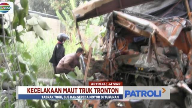 Kendaraan berat ini menabrak sebuah truk dan bus yang sedang mengangkut penumpang serta sepeda motor di depannya.