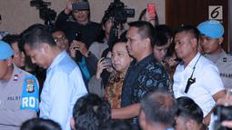 Terdakwa korupsi proyek e-KTP, Setya Novanto (tengah) masuk ruang sidang untuk mengikuti pembacaan putusan di Pengadilan Tipikor, Jakarta, Selasa (24/4). Sebelumnya, Setya Novanto dituntut 16 tahun penjara. (Liputan6.com/Helmi Fithriansyah)