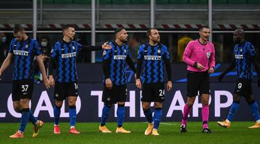 Para pemain Inter Milan memprotes wasit Slavko Vincic usai laga lanjutan Liga Champions 2020/21 Grup B melawan Shakhtar Donetsk di San Siro Stadium, Rabu (9/12/2020). Inter Milan bermain imbang 0-0 dengan Shakhtar Donetsk. (AFP/Marco Bertorello)