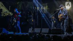 Musisi Iwan Fals tampil pada hari kedua Synchronize Fest 2019 di Gambir Expo, Kemayoran, Jakarta, Sabtu (5/10/2019). Dalam penampilannya Iwan Fals membawakan sejumlah lagu andalannya seperti Belum Ada Judul dan Terlupakan. (Liputan6.com/Faizal Fanani)