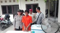 ARK ditangkap usai membobol rumah warga Palembang dan mengangkut barang curiannya dengan mobil angkot Palembang (Liputan6.com / Nefri Inge)