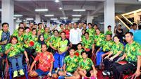 Presiden Joko Widodo di tengah-tengah atlet tenis meja yang akan beraksi di Asian Para Games 2018. (istimewa)