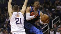 Guard Oklahoma City Thunder Russell Westbrook (kanan) melewati center Phoenix Suns Alex Len pada laga NBA di Talking Stick Resort Arena, Minggu (7/1/2018) atau Senin (8/1/2018) WIB. (AP Photo/Rick Scuteri)