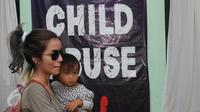 Artis Sheila Marcia bersama putri bungsunya Precious Brianna Yael Mirano saat mendatangi Komnas Anak, Jakarta, beberapa waktu lalu.(Liputan6.com/Herman Zakharia)