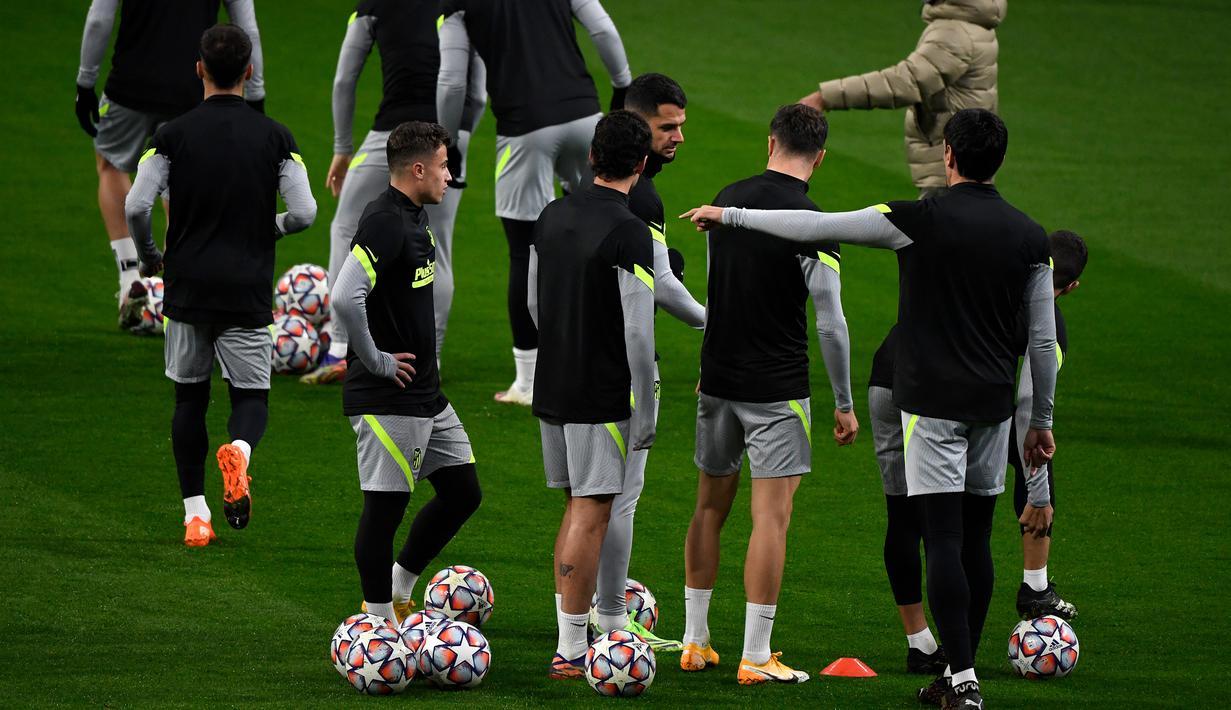 Pemain Atletico Madrid saat mengikuti latihan jelang laga Liga Champions di Stadion Wanda Metropolitano, Selasa (1/12/2020) wib. Atletico Madrid akan menghadapi Bayern Munchen. (AFP/Pierre-Philippe Marcou)
