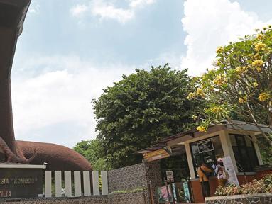 """Pengunjung membeli tiket masuk Museum Fauna Indonesia """"Komodo"""" dan Taman Reptilia di Taman Mini Indonesia Indah (TMII), Jakarta, Rabu (14/10/2020). TMII membuka kembali tempat wisatanya saat Pemerintah Provinsi DKI sudah memberlakukan PSBB Transisi. (Liputan6.com/Herman Zakharia)"""