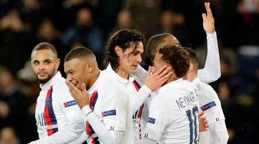 Pemain Paris Saint-Germain Edinson Cavani (tengah) merayakan dengan Neymar (kanan) setelah mencetak gol ke gawang Galatasaray pada pertandingan Grup A Liga Champions di Stadion Parc des Princes, Paris, Prancis, Rabu (11/12/2019). PSG menang 5-0. (AP Photo/Christophe Ena)