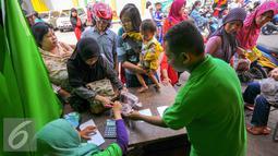 Warga antusias membeli sejumlah kebutuhan di pasar murah yang digelar PD Pasar Jaya, Jakarta, Kamis (9/6/2016). Operasi pasar murah sendiri menjual telur ayam Rp21 ribu/kg,daging sapi Rp85 ribu/kg. (Liputan6.com/Yoppy Renato)
