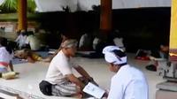 Umat hindu di Jakarta datangi pura untuk berdiam diri saat nyepi. Sementara itu, SMK di Kudus, Jawa Tengah, produksi film 3 dimensi (3D).