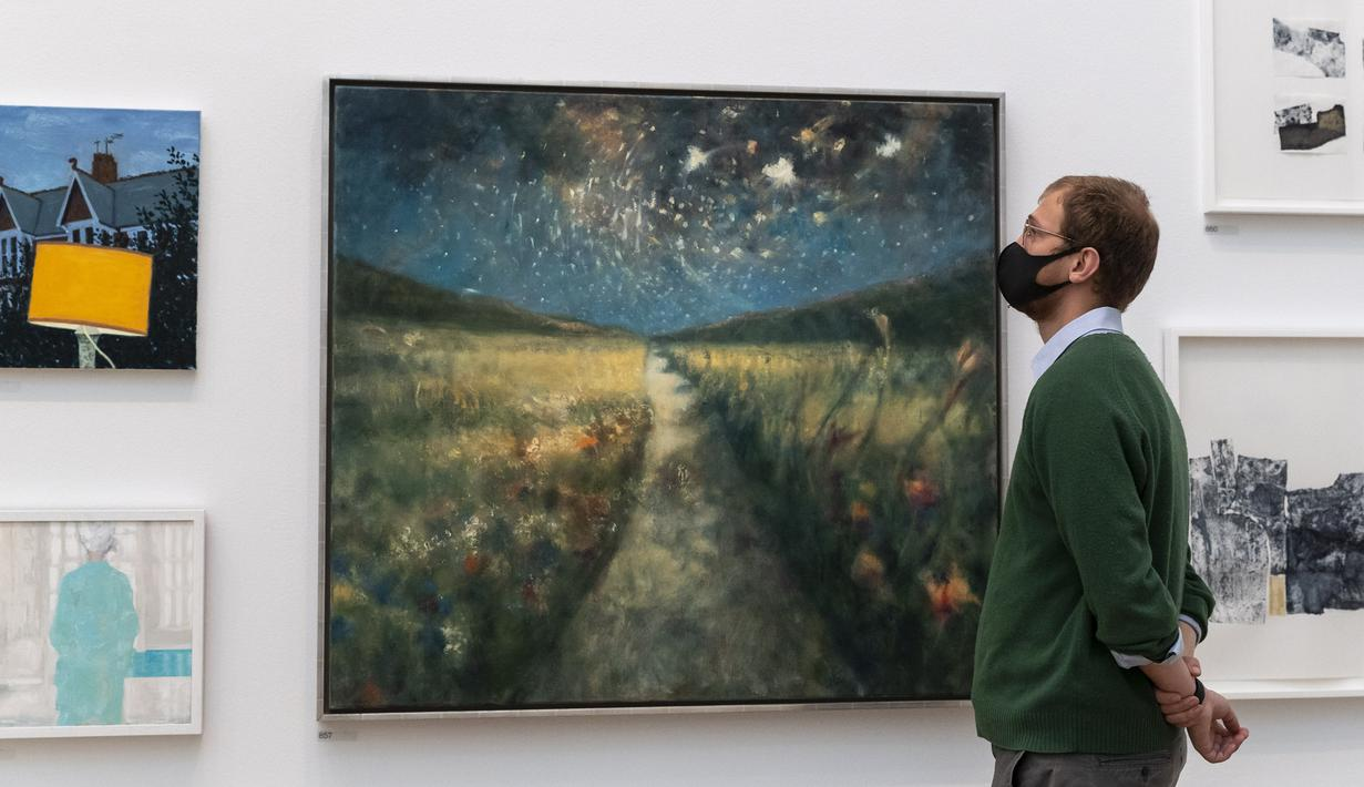 Staf mengamati karya seni dalam pratinjau Pameran Musim Panas di Royal Academy of Arts, London, Inggris, 28 September 2020. Diadakan setiap tahun sejak 1769, Pameran Musim Panas Royal Academy of Arts untuk pertama kalinya akan berlangsung pada musim gugur akibat pandemi COVID-19. (Xinhua/Han Yan)