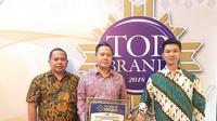 Head of Marketing Division PT Gajah Tunggal Tbk, Leonard Gozali (tengah) saat menerima penghargaan (istimewa)