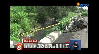 Akibat hujan deras, pengendara khawatir adanya longsor susulan yang terjadi di jalan raya Cibereum, Kota Bogor.