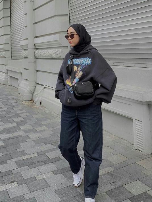 Untukmu yang suka dengan gaya boyish, kamu bisa meniru tampilan selebgram Intan Khasanah alias Strngrr yang satu ini. Kenakan hoodie hijab oversized yang dipadukan dengan celana longgar, pashmina hitam, serta sepatu sneaker. (FOTO: Instagram.com/strngrr).