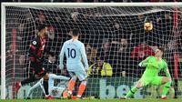 Reaksi kiper Chelsea, Kepa Arrizabalaga (kanan) saat striker Bournemouth Joshua King (kiri) mencetak gol pada lanjutan pekan ke-24 Premier League 2018-2019 di Bournemouth, Inggris, Rabu (30/1). Chelsea kalah 4-0. (Glyn KIRK/AFP)