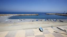 Suasana pantai yang sepi pengunjung di Aljir, Aljazair, Senin (27/7/2020). Pemerintah Aljazair pada 26 Juli mengumumkan akan memperbarui kebijakan karantina wilayah (lockdown) parsial selama 15 hari di 29 provinsi guna mencegah penyebaran COVID-19. (Xinhua)